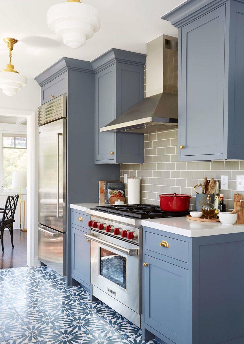 Cozinha Charmosa E Acolhedora Com Arm Rios Em Azul E Piso Estampado