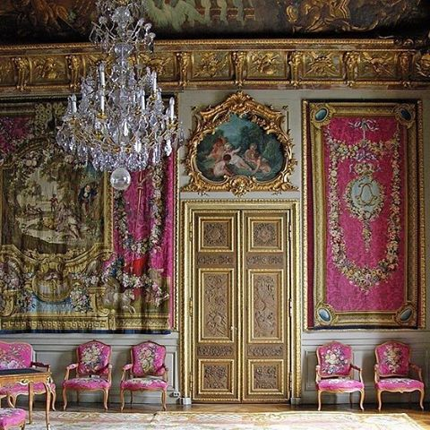 Pink, gold, and a chandelier—what's not to love? Click the link in our bio for 11 beautiful rooms found on Instagram this week. #regram @hakan_groth