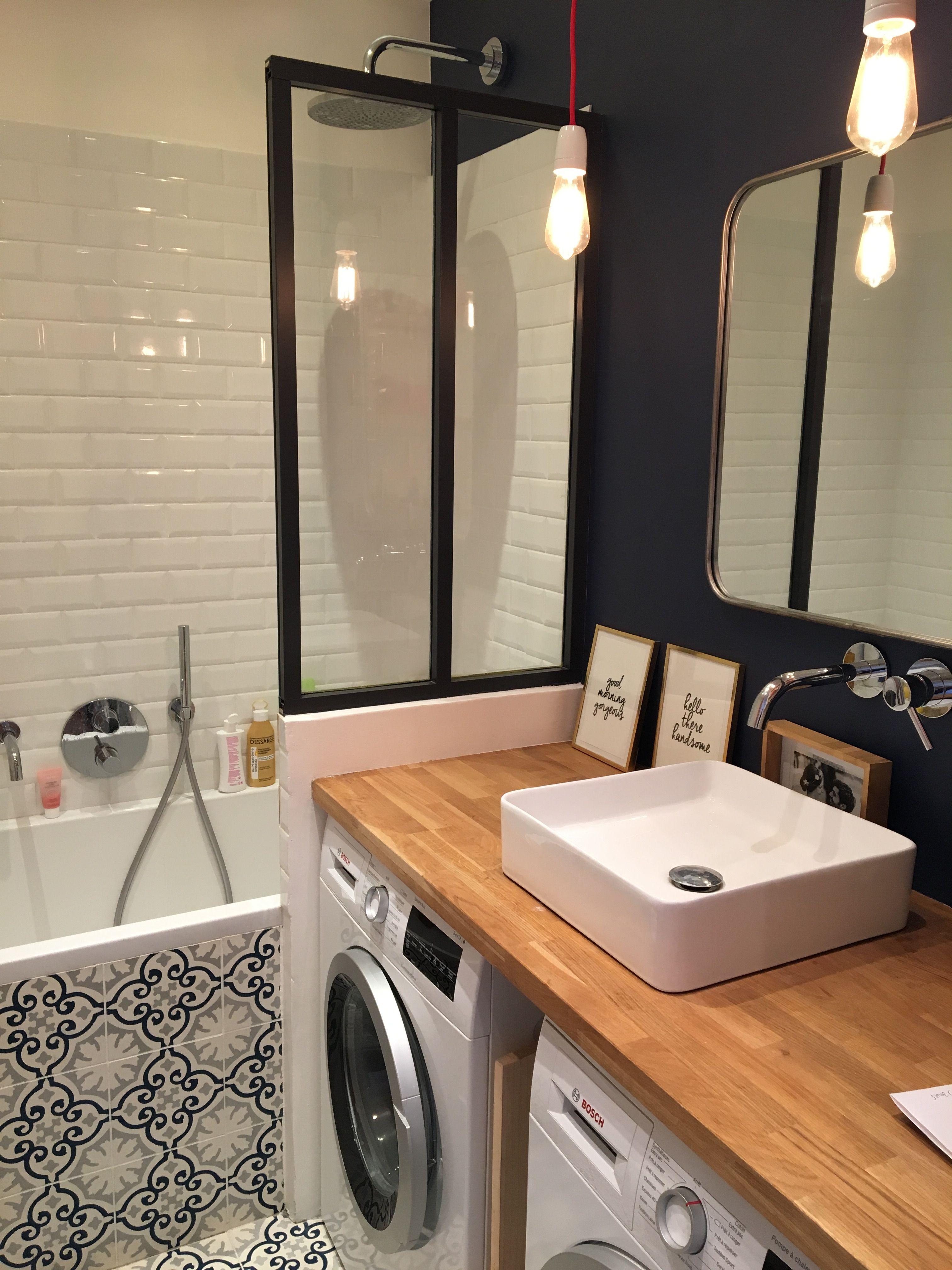 salle de bains bleu paroi de douche en verri re d 39 atelier plan de travail ch ne massif carreaux. Black Bedroom Furniture Sets. Home Design Ideas