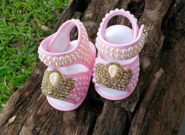 0b83fc2d9 Você pode fazer um lindo sapatinho de bebê em tecido para presentear uma  futura mamãe ou para o seu próprio bebê. Veja o passo a passo: