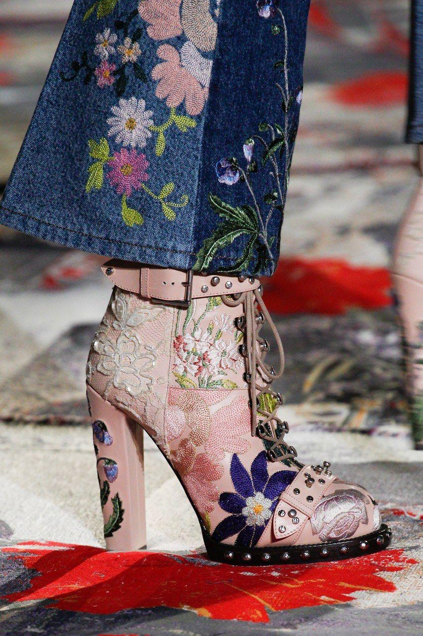 Alexander McQueen Spring 2017 Ready-to-Wear Fashion Show  1c5ad1f13b4