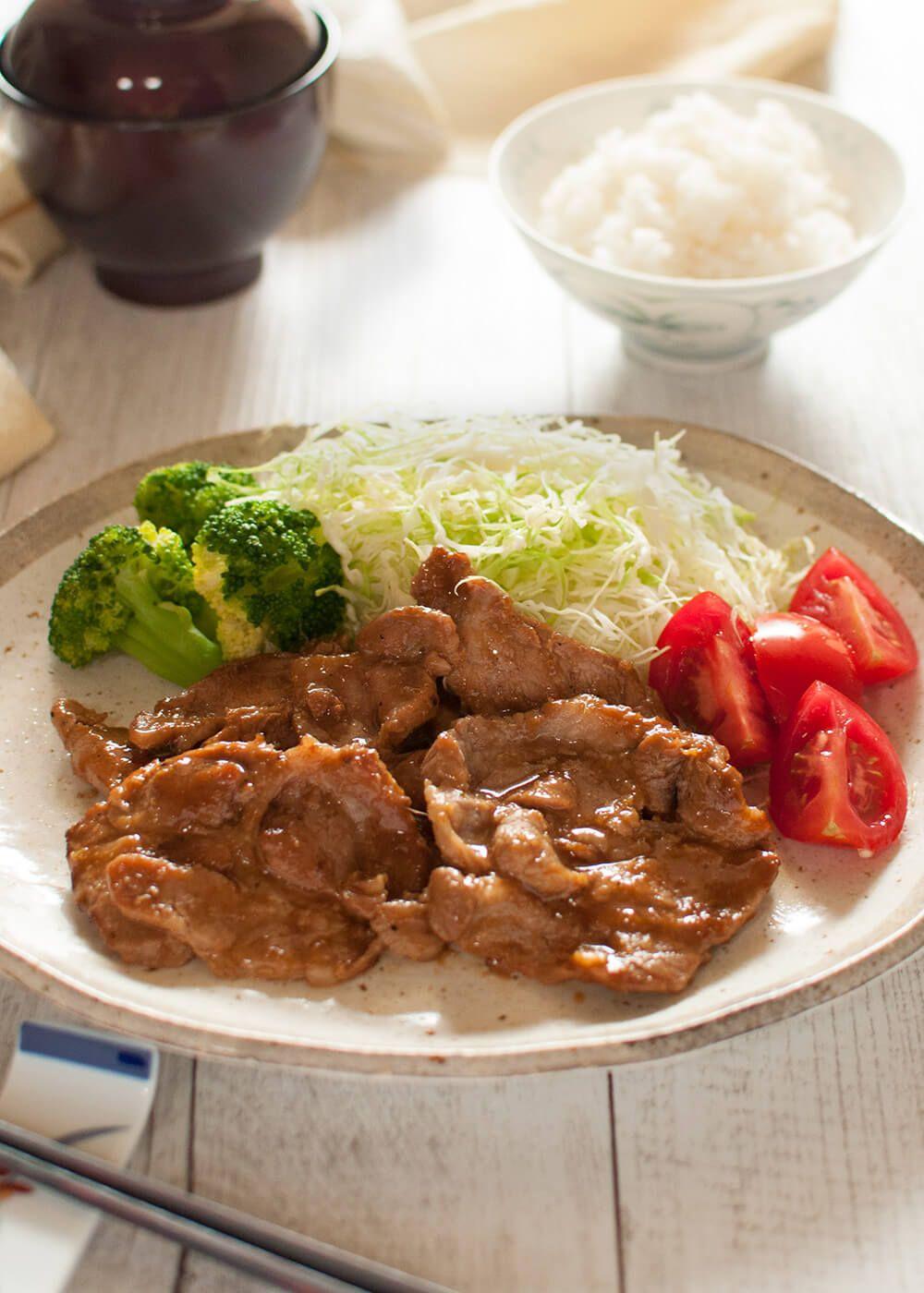 Le Porc Shogayaki (Porc au Gingembre) est un porc sauté sauté à la sauce savoureuse au gingembre.  C'est un menu de repas très populaire au Japon.