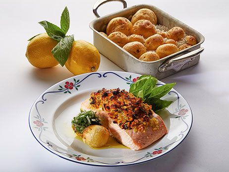Laks med mandelcitronbasilikumtopping og saltbagte kartofler