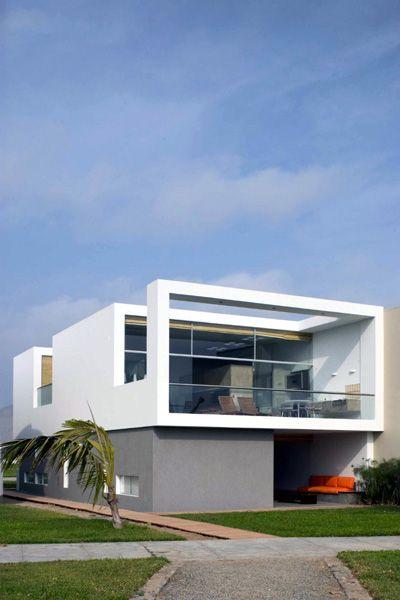 Casa en playa la isla per by arquitecto juan carlos for Fotos de casas modernas en lima peru
