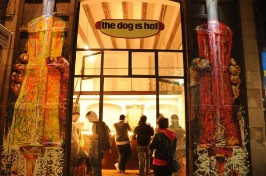Los hot dogs están de moda: normal, con locales tan chulos como el de The Dog is Hot en el Raval.