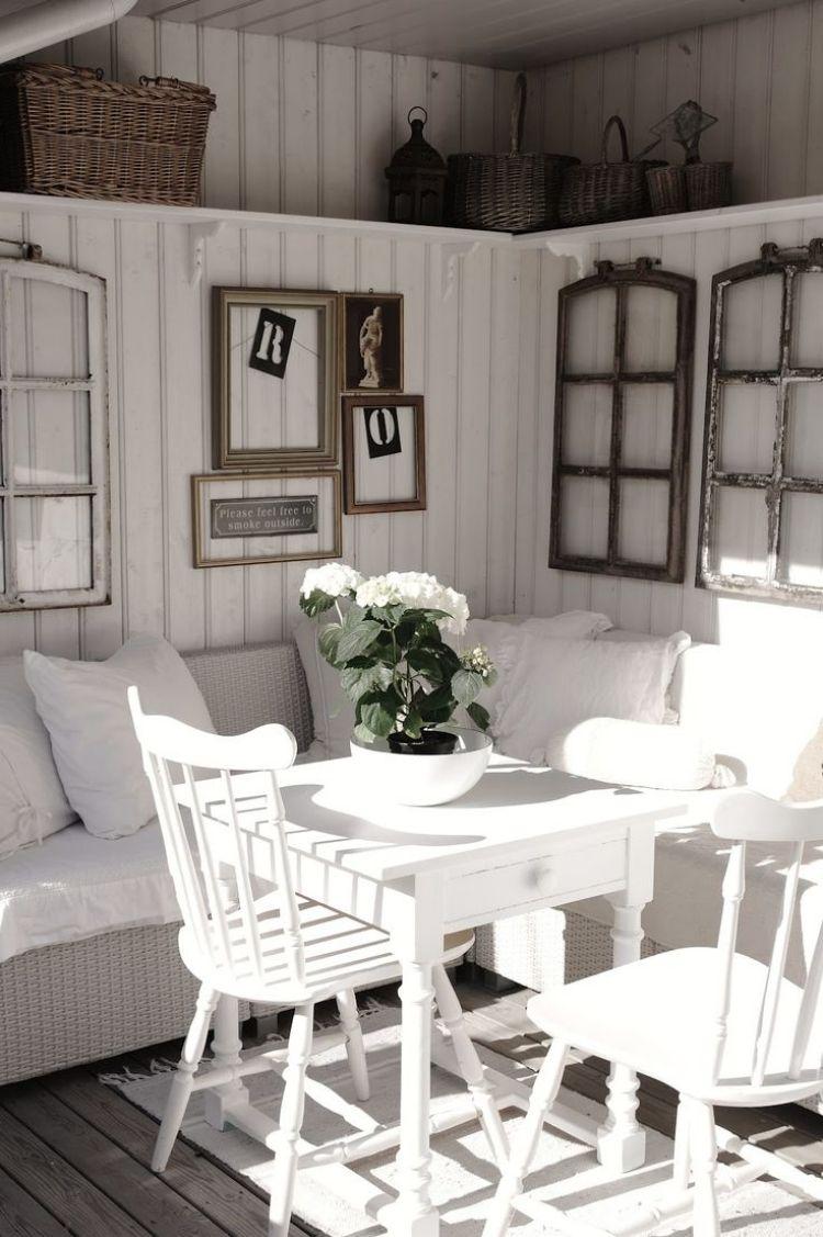 alte fenster -dekoration-vintage-weiss-holz-sitzecke-kissen-wanddeko