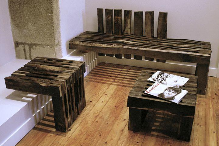 La repetición de tablas de madera colocadas en canto intercaladas ...