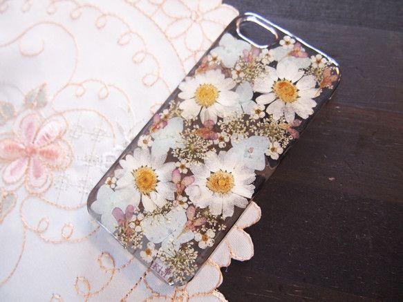 iPhone5・5S専用ケースです*押し花をレジンで閉じ込めています。白いノースポール、薄い水色のあじさい、薄紫や白の小花でやさしい雰囲気に仕上げました。ケー... ハンドメイド、手作り、手仕事品の通販・販売・購入ならCreema。