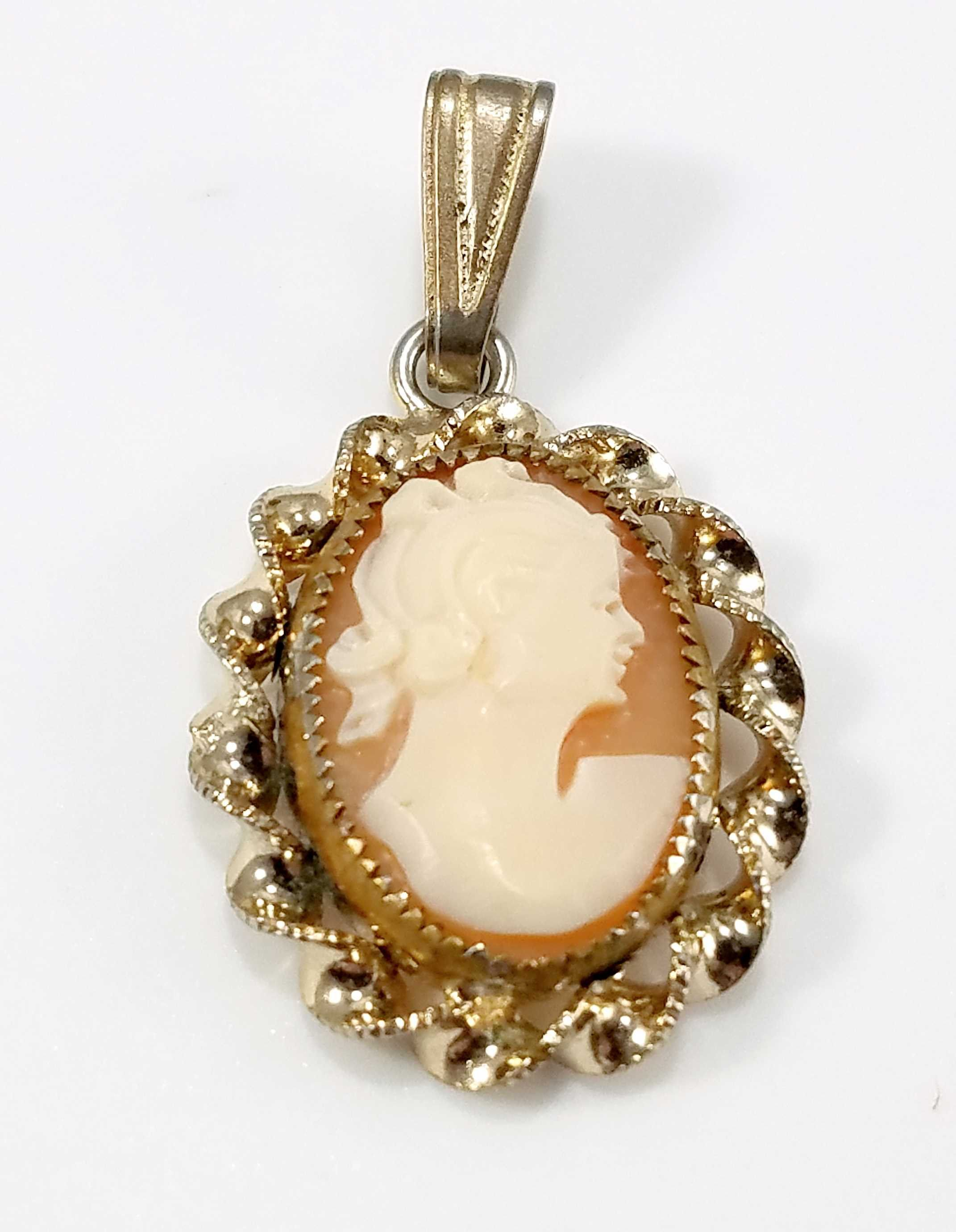 Vintage cameo pendant s or before carved lucite in bezel
