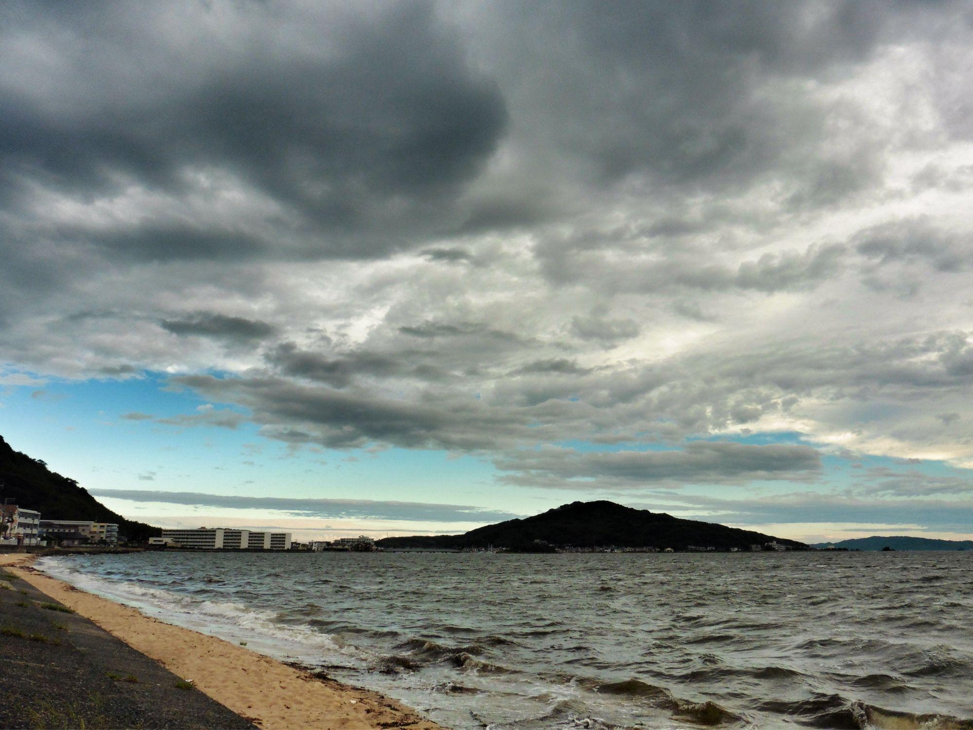 09  Aug. 6:29 西の空の一部には青空が残っている博多湾です。 ( Morning Now at Hakata bay in Japan )