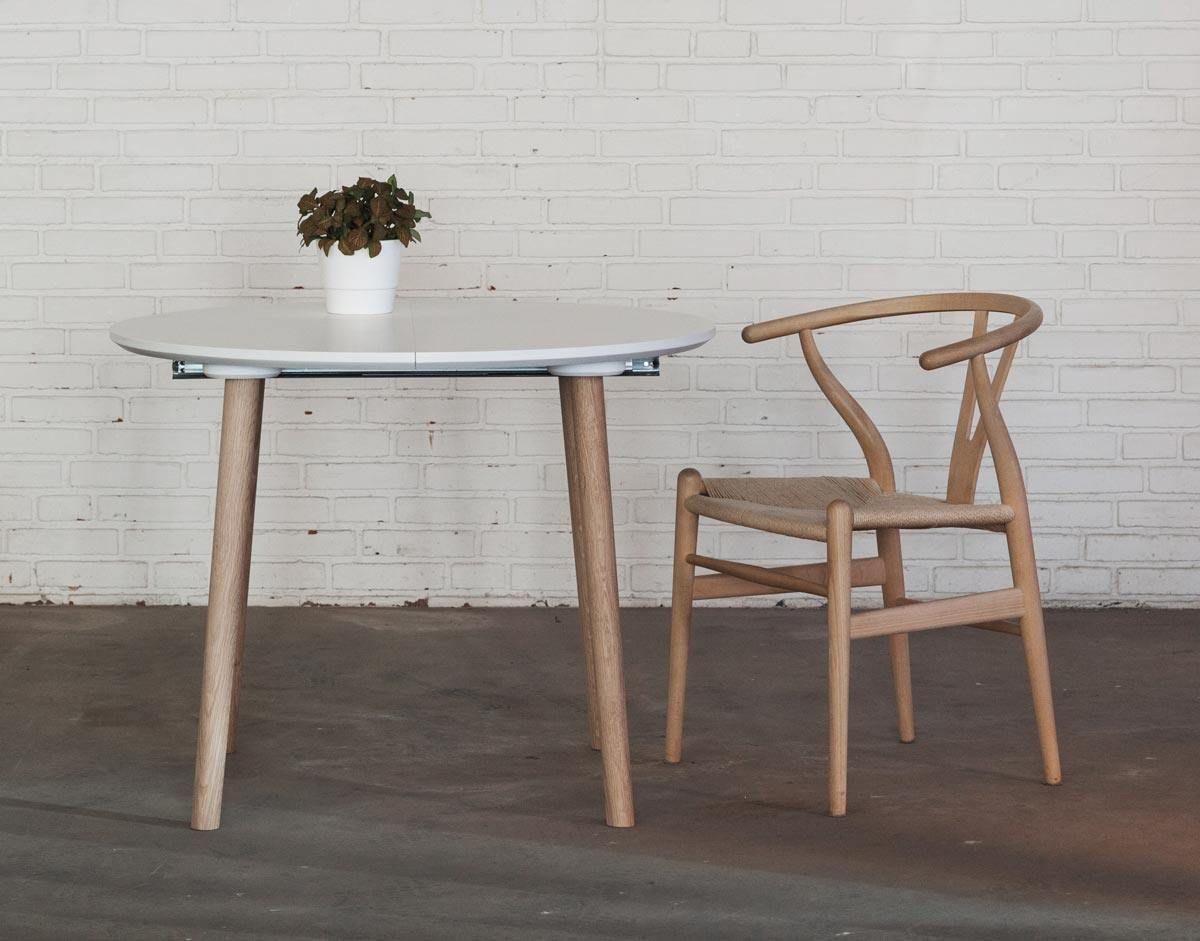 Rundt spisebord med udtræk med hvid bordplade og egetræsben, 2 ...