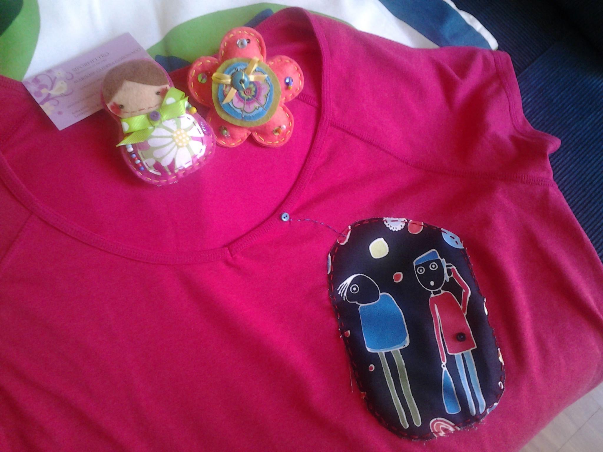 Camiseta con aplique de tela color fucsia.