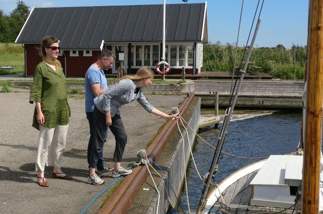 Turister scanner QR-koden på skibstavlen. Billeder 2017   Drivkvasen Karen af Bogø