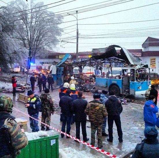 Нови терористички напад у Русији  Најмање 14 особа погинуло је, а 28 повређено у експлозији тролејбуса у руском граду Волгограду. Ово је још један терористички напад у мање од 24 сата у истом граду. Међу повређенима је и једна трудница. Истражна комисија саопштила ј