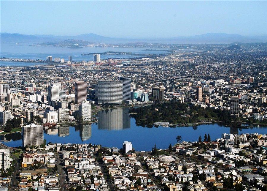 O horizonte Oakland como visto nas colinas de Oakland. Oakland, CA tem uma população de cerca de 400.000 e funciona como a principal cidade portuária do norte da Califórnia.