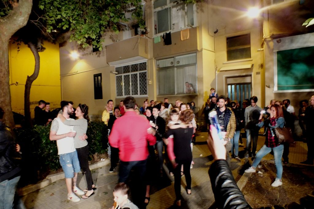 La serenata è un gesto d'amore senza tempo La serenata organizzata a Bari Città per Luca e Carmela, oggi sposi