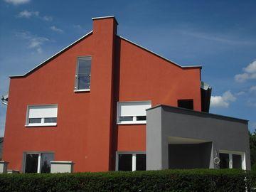 weinrot und grau die ideale kombination f r diese hausfassade malerarbeiten von der kautz. Black Bedroom Furniture Sets. Home Design Ideas