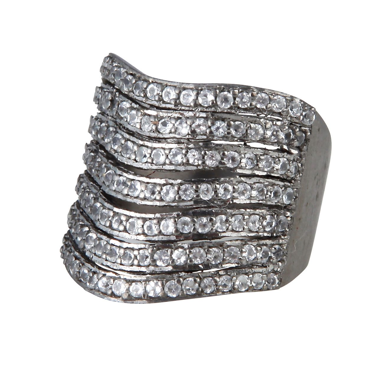 Rock'n'roll ring med feminint touch! Ringen er noget helt særligt og vil med sit rå look, give selv det mest feminine look en cool kant. Ringen er lavet i sort 925 sterling sølv beklædt med hvide topas ædelsten.  4999 kr.