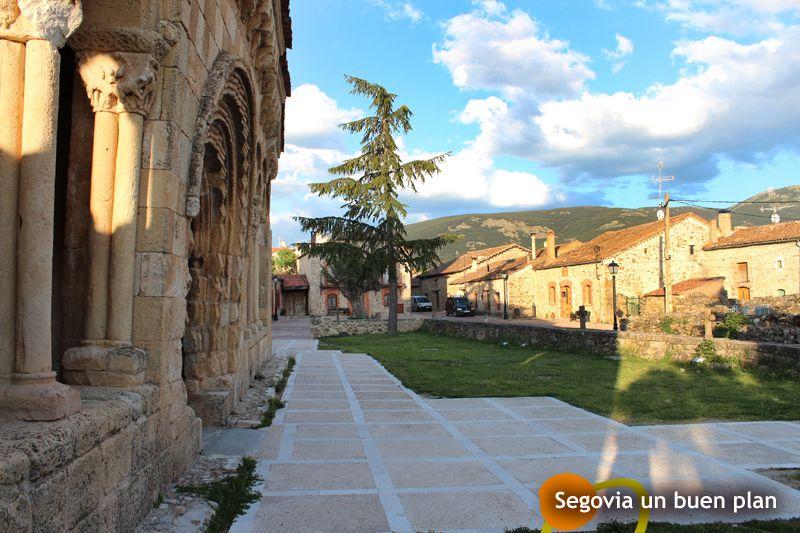 Sotosalbos (Segovia) pertenece a la Ruta del Cordero de Segovia, donde se podrá disfrutar de este magnífico manjar a través de sus restaurantes y asadores. Pero la localidad también merece una buena visita, sobre todo a su maravillosa iglesia románica del s.XI.