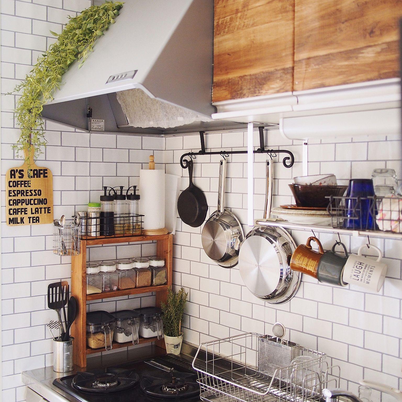 キッチン ぶらぶら部 古材風壁紙 ステンレスフライパン 見せる収納