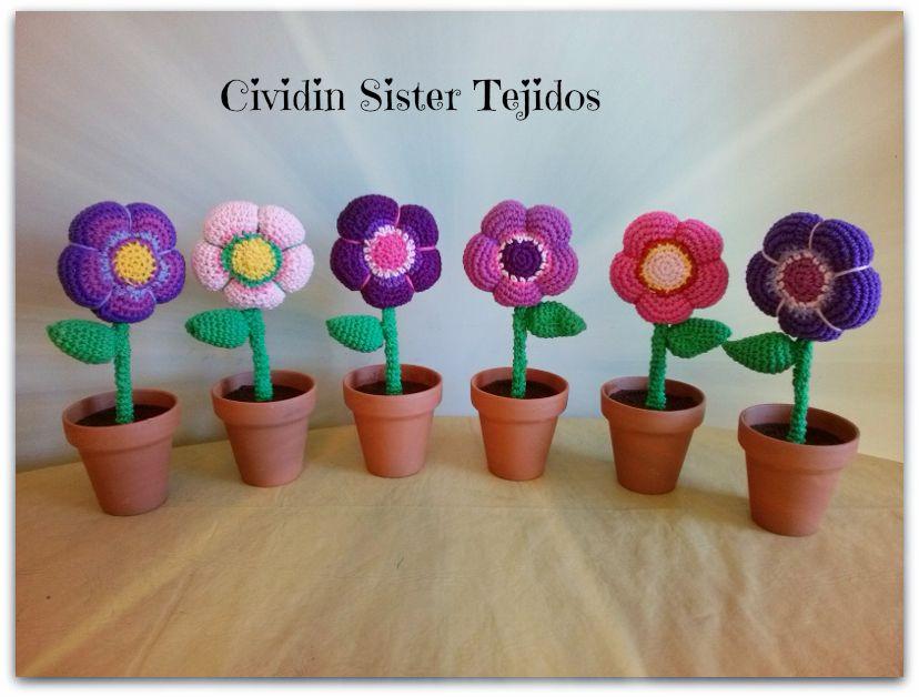 flores tejidas al crochet con macetas de barro pintadas. ventas