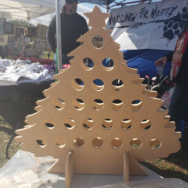 Mini-Wine Bottle Countdown to Christmas Advent Calendar - Christmas Tree #wineadventcalendardiy