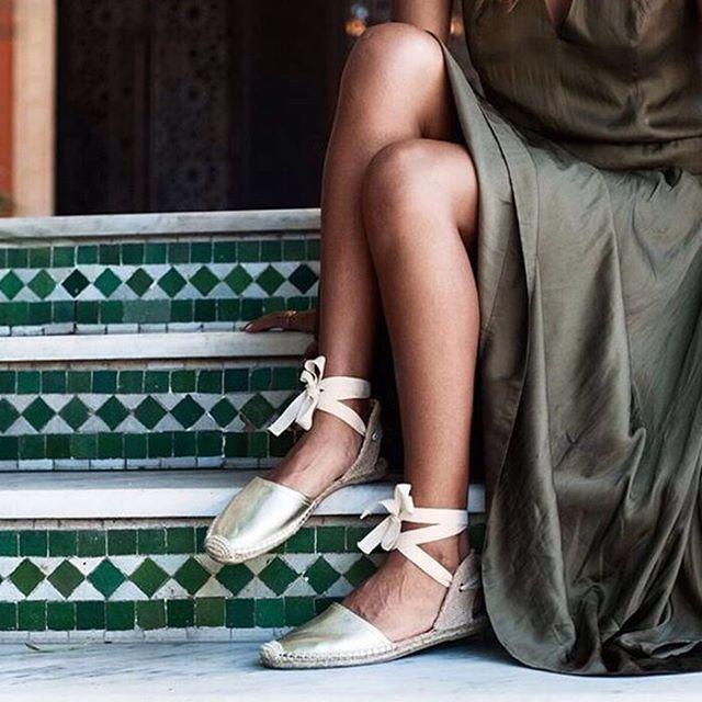Cómodas, estilosas y de plena actualidad. Hablamos de las alpargatas un calzado que no puede faltar ningún verano y con el que se nos ocurren mil y una combinaciones. #alpargatas #calzado #verano #look #hfashion