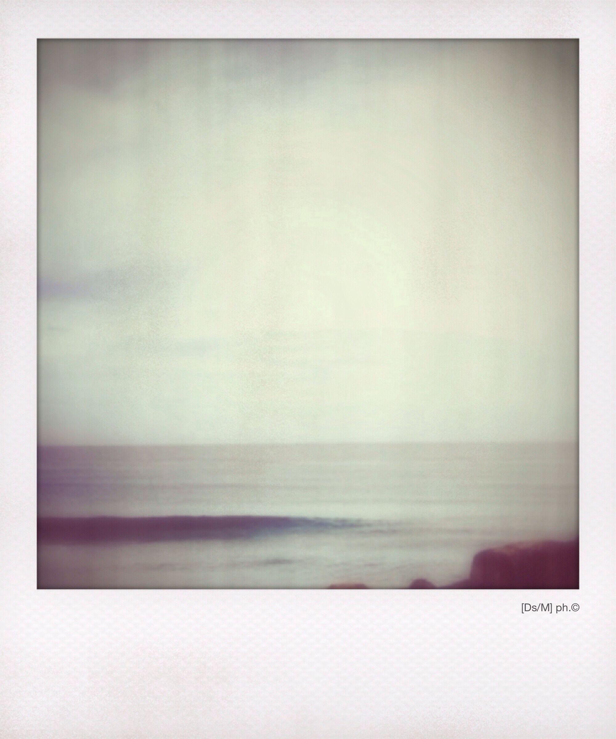 VIVERE DENTRO UN ALBA A volte mi piace annegare in un alba scura come il dolore, sento che mi appartiene, sci[vola], entra nelle vene in modo sub linguale, intrisa del peccato originale, o di un tuo respiro, di un tuo respiro, appeso, con le spine conficcate in chissà quali memorie, silenzio, perché di voce si può anche morire. http://paralleluniverseinpolaroid.wordpress.com