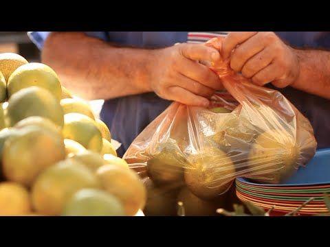 Barracas ao ar livre, frutas frescas e clima de festa. Este é o ambiente que o brasileiro encontra em uma feira de rua. Nesta reportagem, a Terruá mostra a t...