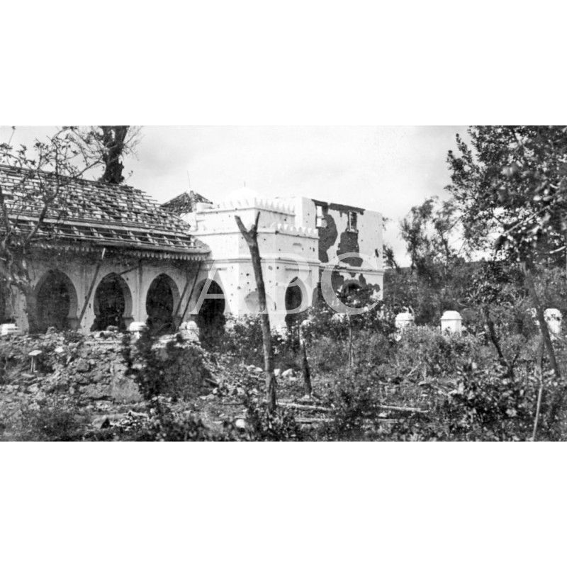 MARRUECOS. LA OCUPACIÓN DE TAZARUT. EXTERIOR DE LA CASA DE RAISUNI, EN CUYAS PAREDES SE NOTAN LOS EFECTOS DE LA METRALLA DE LAS BOMBAS LANZADAS POR NUESTROS AVIONES. 14/05/1922: Descarga y compra fotografías históricas en | abcfoto.abc.es
