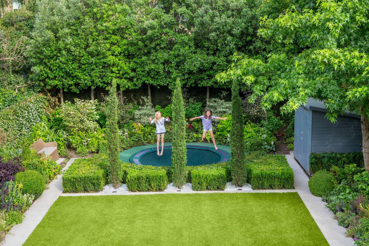 Bodentrampolin Im Garten Kinder Spielplatz Abgrenzen Bodentrampolin Garten Design Kleiner Garten