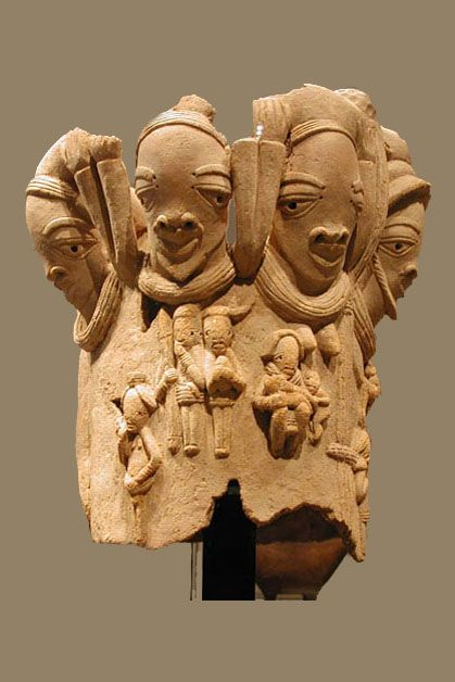 SCULPTUREN VAN KLEI EN BRONS / Fragment met koppen en figuren in vlak relief, NOK terracotta 54 x50 x 50 cm Parijs Musee du Quai Branly