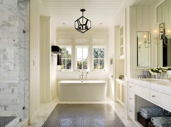 Badezimmer In Weiß, Landhausstil Inspiration, Keramik Badewanne,  Verspielter Kronleuchter