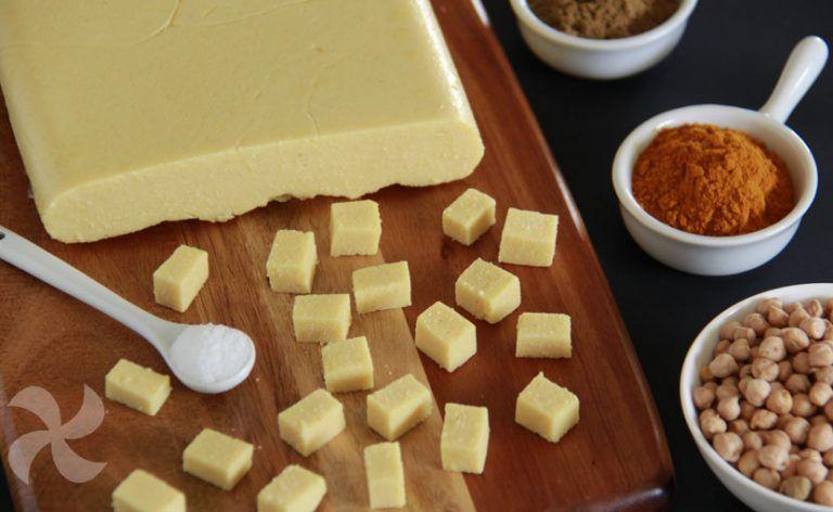 Disfruta en casa con esta receta de tofu birmano a base de garbanzos. Sencilla, suave y que podrás usar en infinidad de preparaciones.