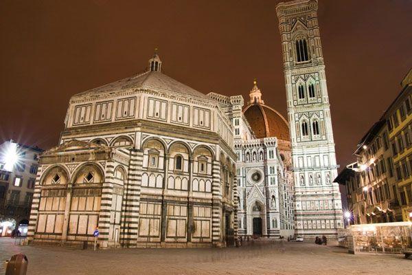 La cathédrale de Santa Maria del Fiore et le Campanile de Giotto. Cette cathédrale possède la plus grande coupole en appareil maçonné jamais construite.