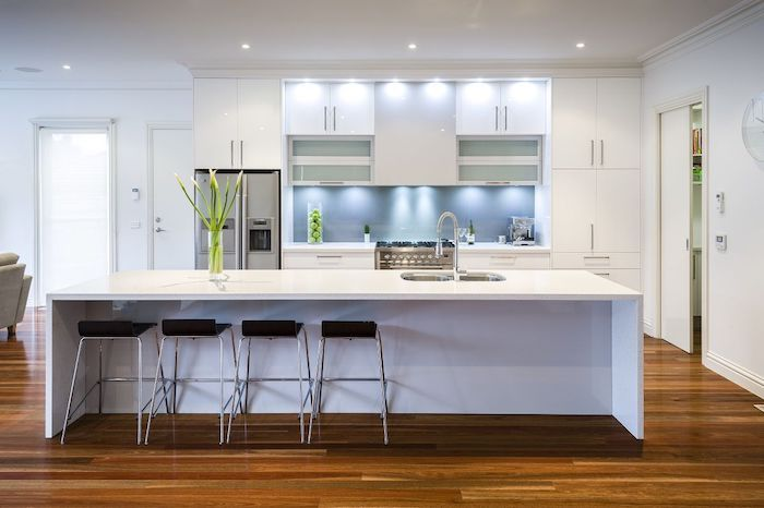 Wohnküchen  Wohnküchen in weißer Farbe mit schwarzem Hocker und mit indirektem ...