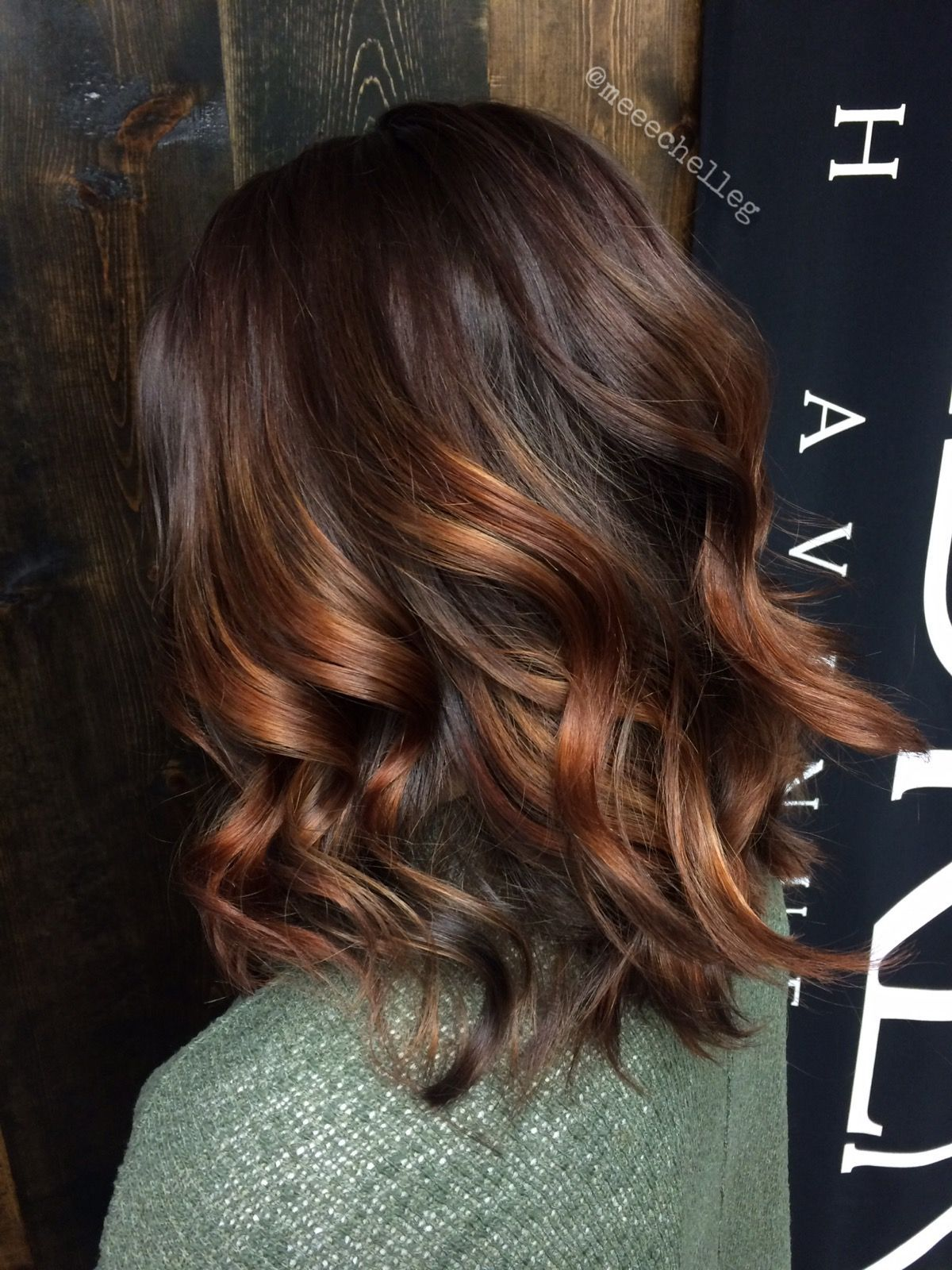 Log Medium Hair Curls Loose Curls Texture Curling Iron Curls Shine Lines Balayage Peach Warm Brunett Medium Hair Styles Long Hair Styles Warm Brunette