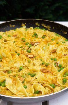 Curry-Nudelpfanne mit Erbsen, Putenbrust-Streifen und Walnüssen