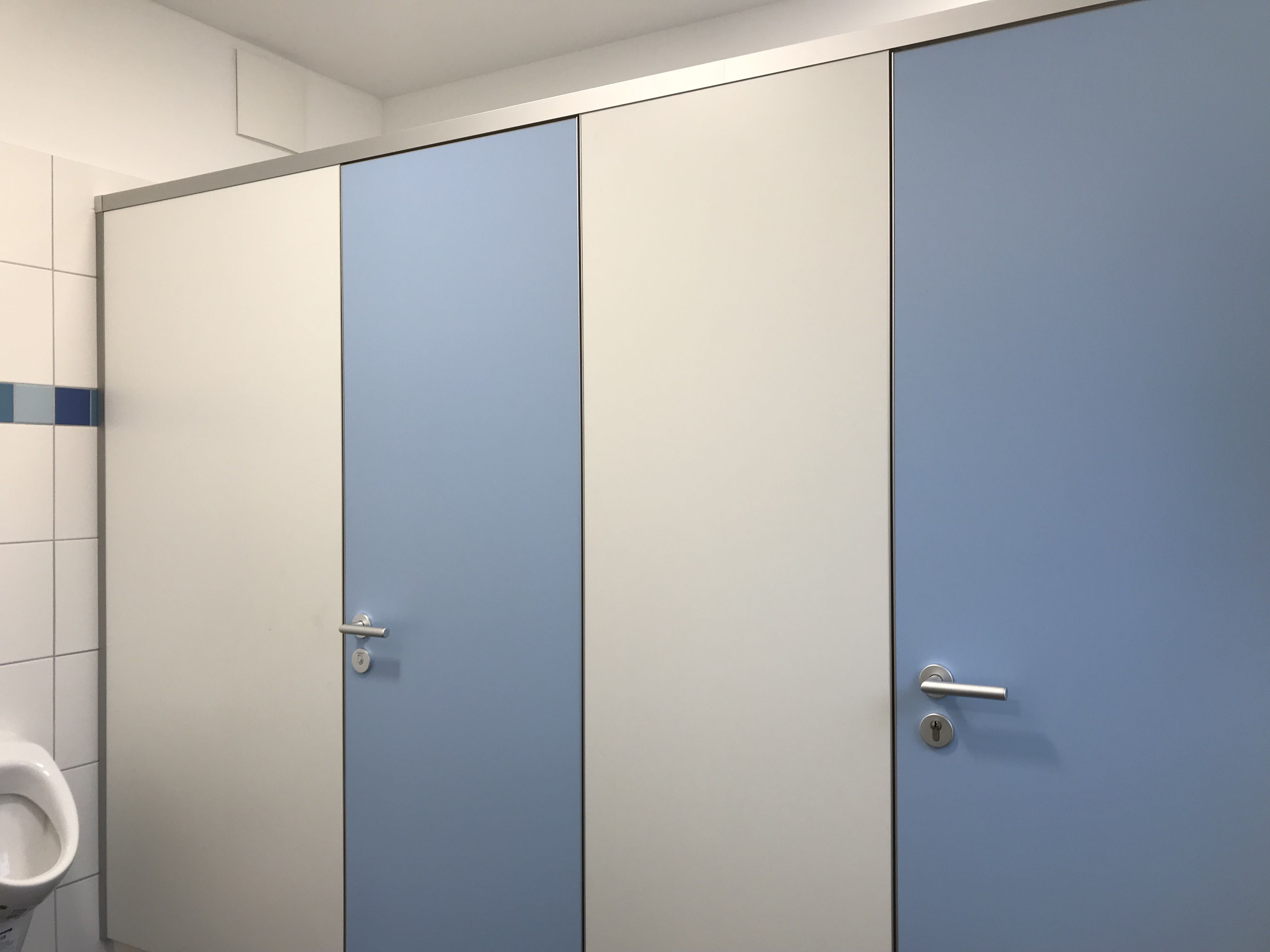 farbgestaltung: wandfarbe verkehrsweiß, türfarbe lagunblau, profile