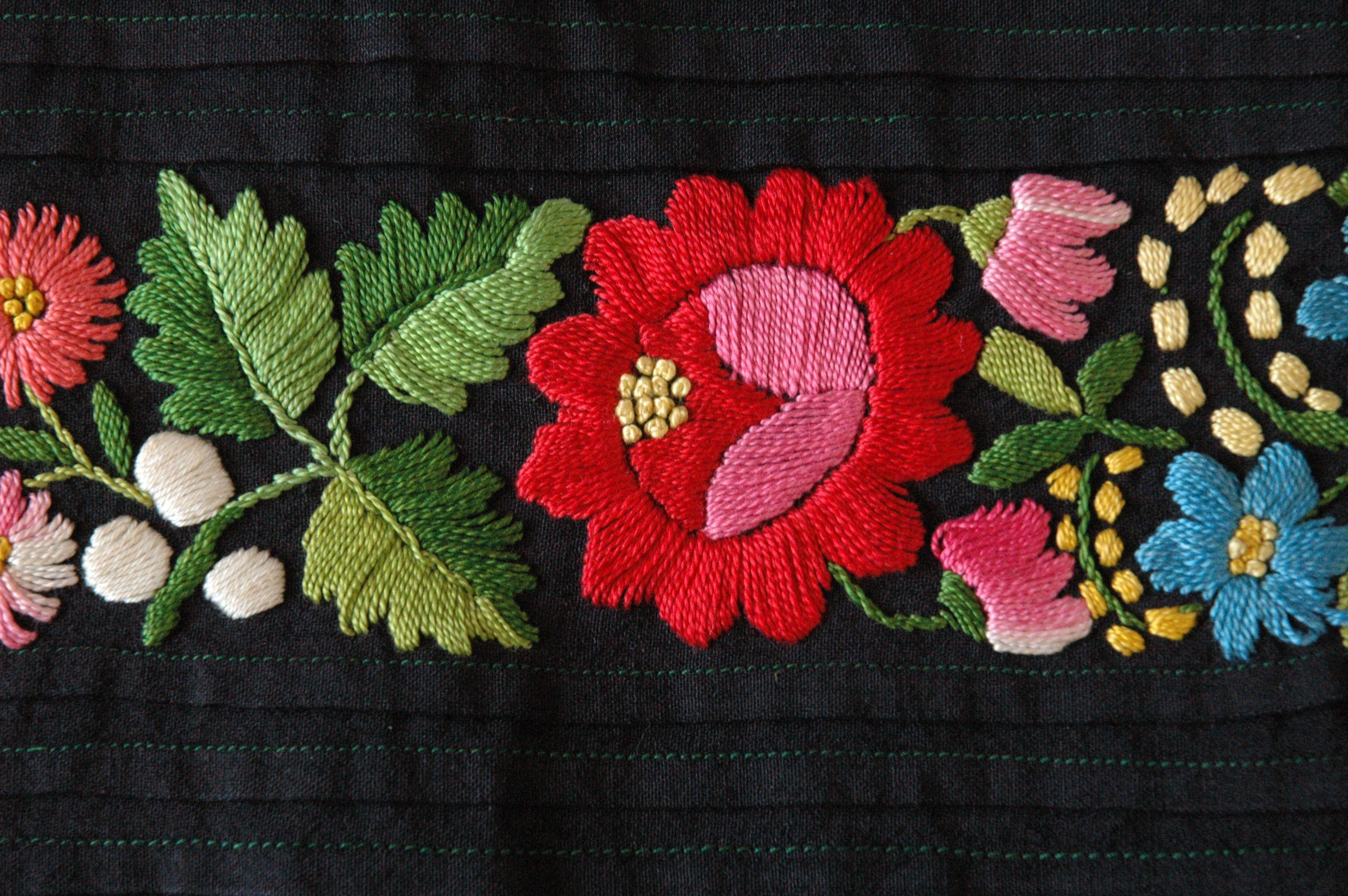 Fragment Fartucha Haft Plaski Kolorowy Sieradzkie Okres Miedzywojenny Ze Zbiorow Muzeum Archeologic Polish Folk Art Embroidery Inspiration Folk Embroidery