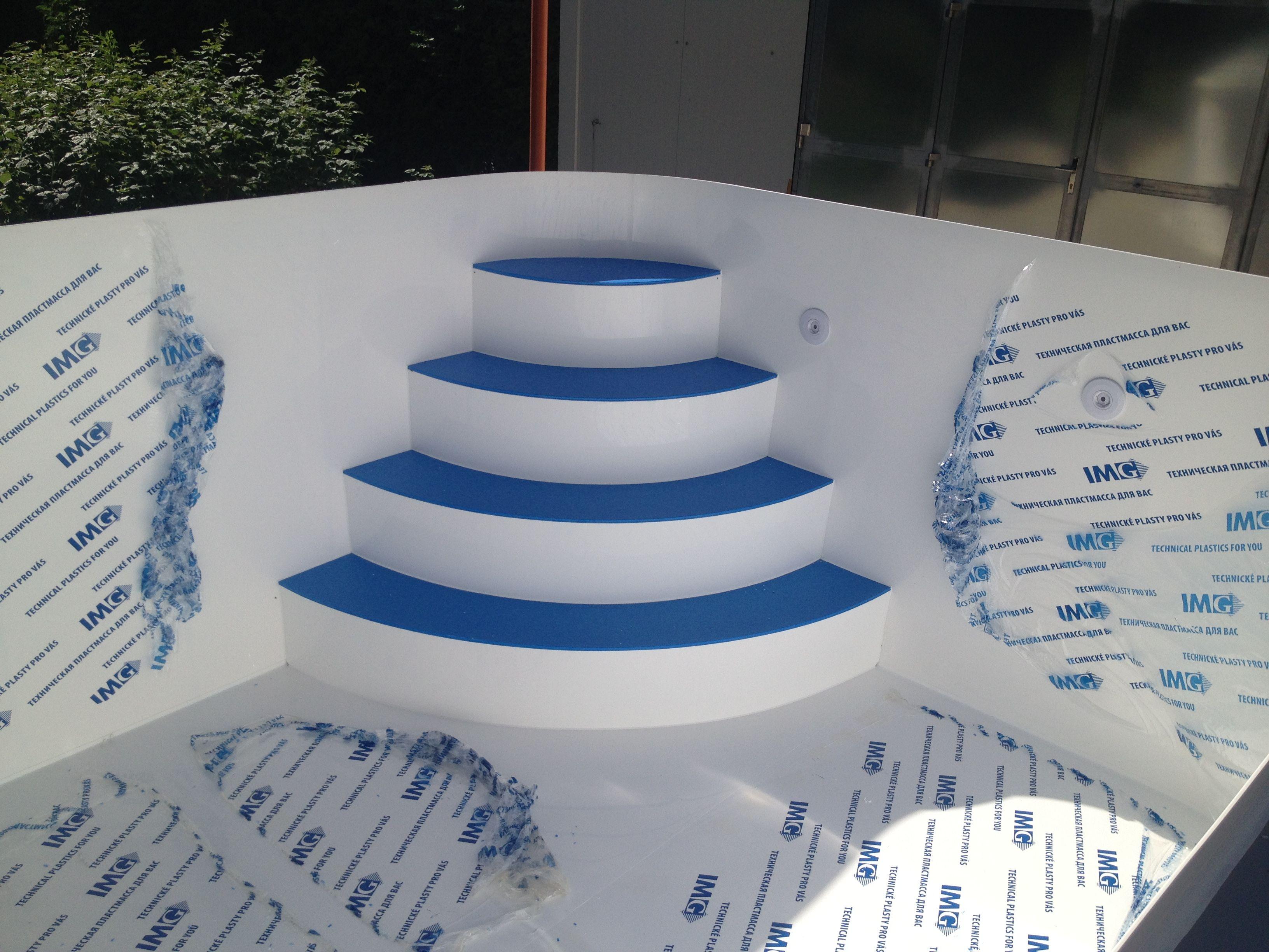 Bílý Bazén S Rohovýma Schodama Které Mají Modré Nášlapy