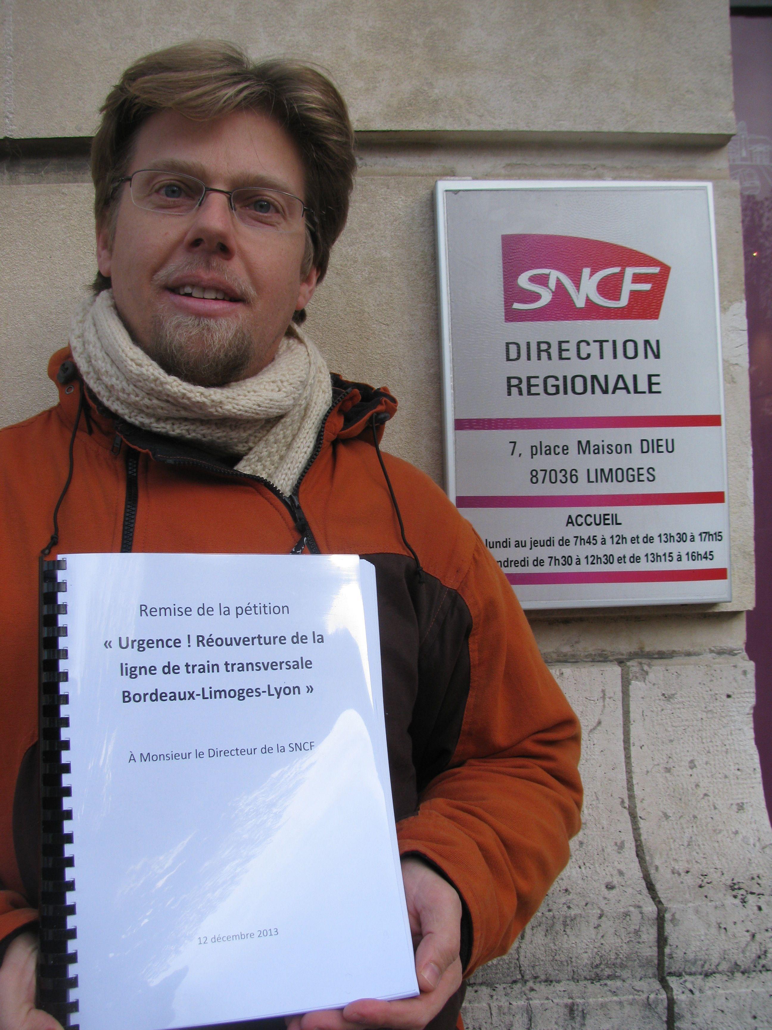 Sylvain guyot remet les signatures de sa p tition pour la r ouverture de la ligne de train - Bureau de change limoges ...