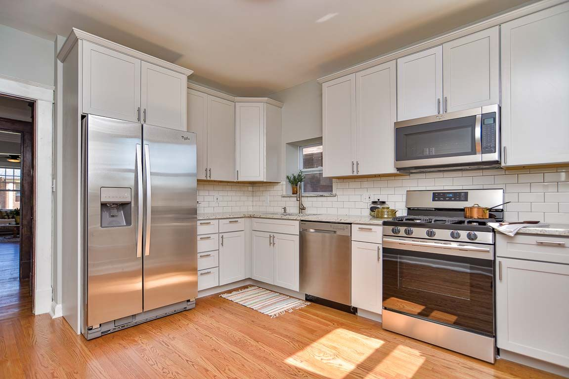 Best 4976 Delor Granite Counters Stainless Appliances 42 640 x 480