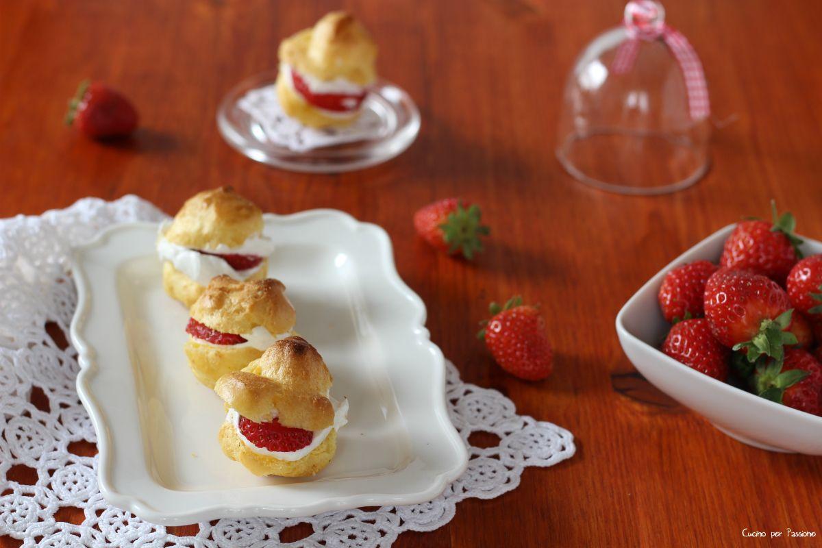 Bignè+con+panna+e+fragole,+freschi+e+gustosi