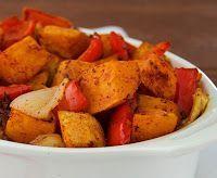 Ingredientes 500 g de batatas-doces, descascadas e cortadas em pedaços* 1 pimentão vermelho médio, cortado em pedaços 1 cebola cortada em pedaços 2 colheres (sopa) de óleo ou azeite de oliva Sal, pime