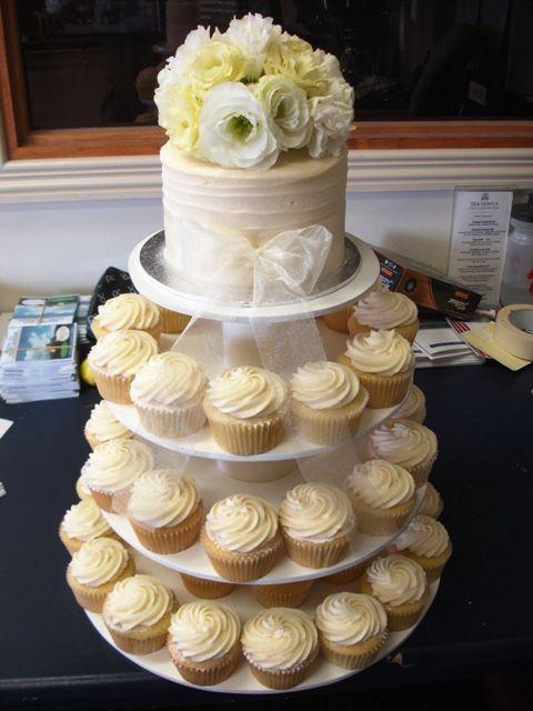 Tour De Cupcakes Avec Petit Gateau Pour Un Marriage Wedding Cupcake Tower With Small Cake On Top