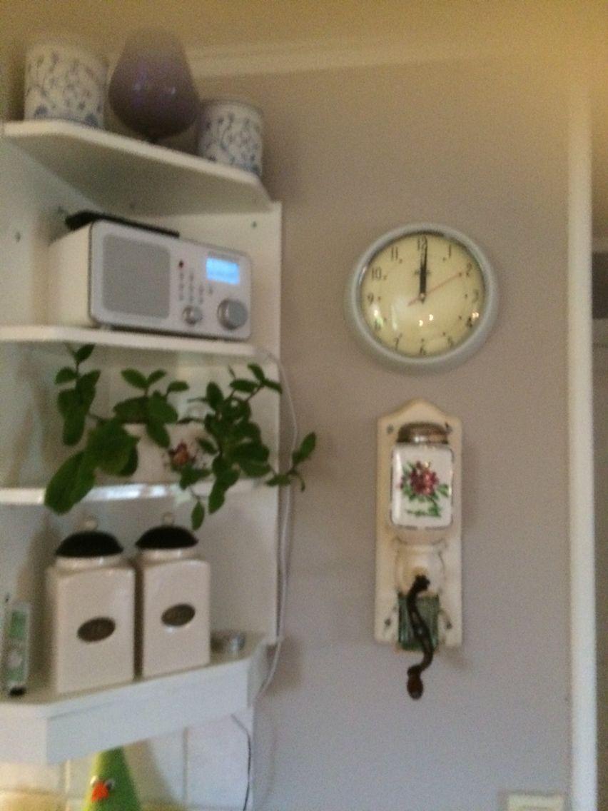 Den vakre gamle kaffekverna til min bestemor... Endelig fikk den en hedersplass der alle ser den