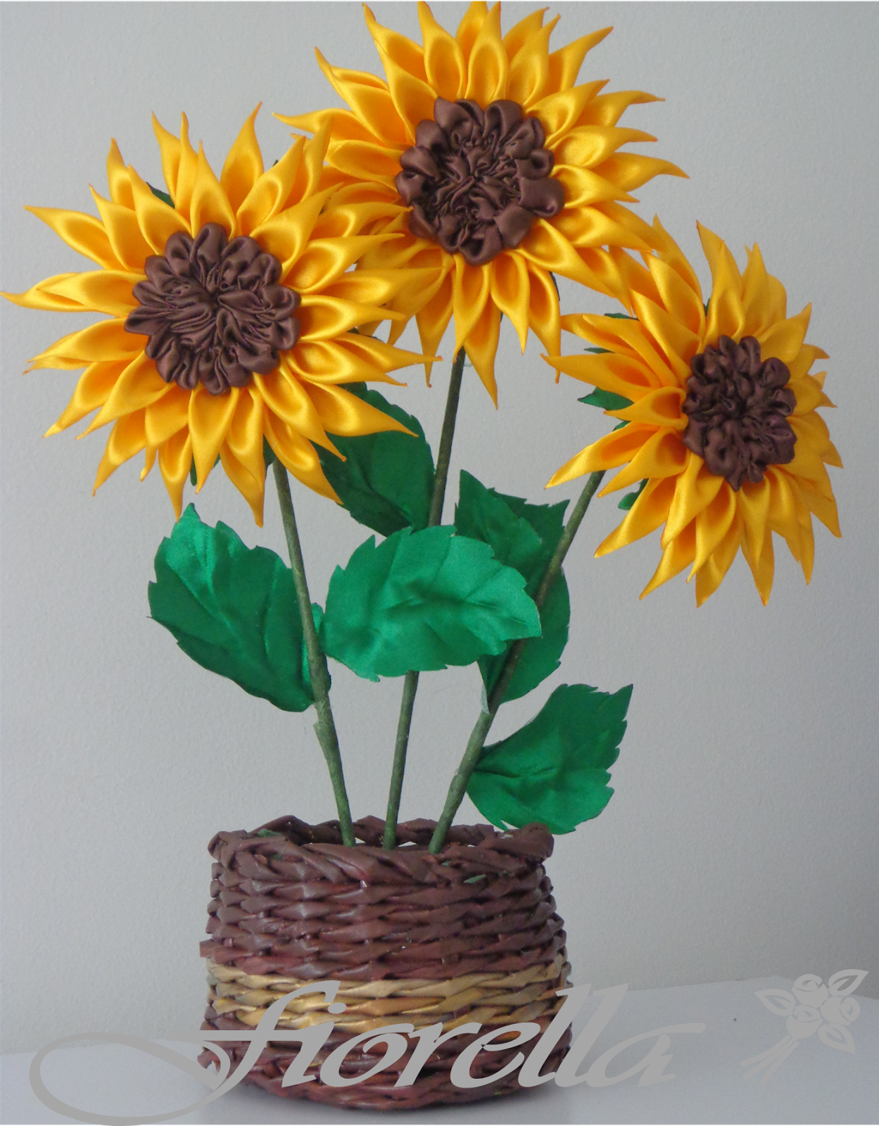 Fiorella Flores en tela: Video tutorial #12 girasoles en raso |  Manualidades, Decoraciones de girasol, Girasoles