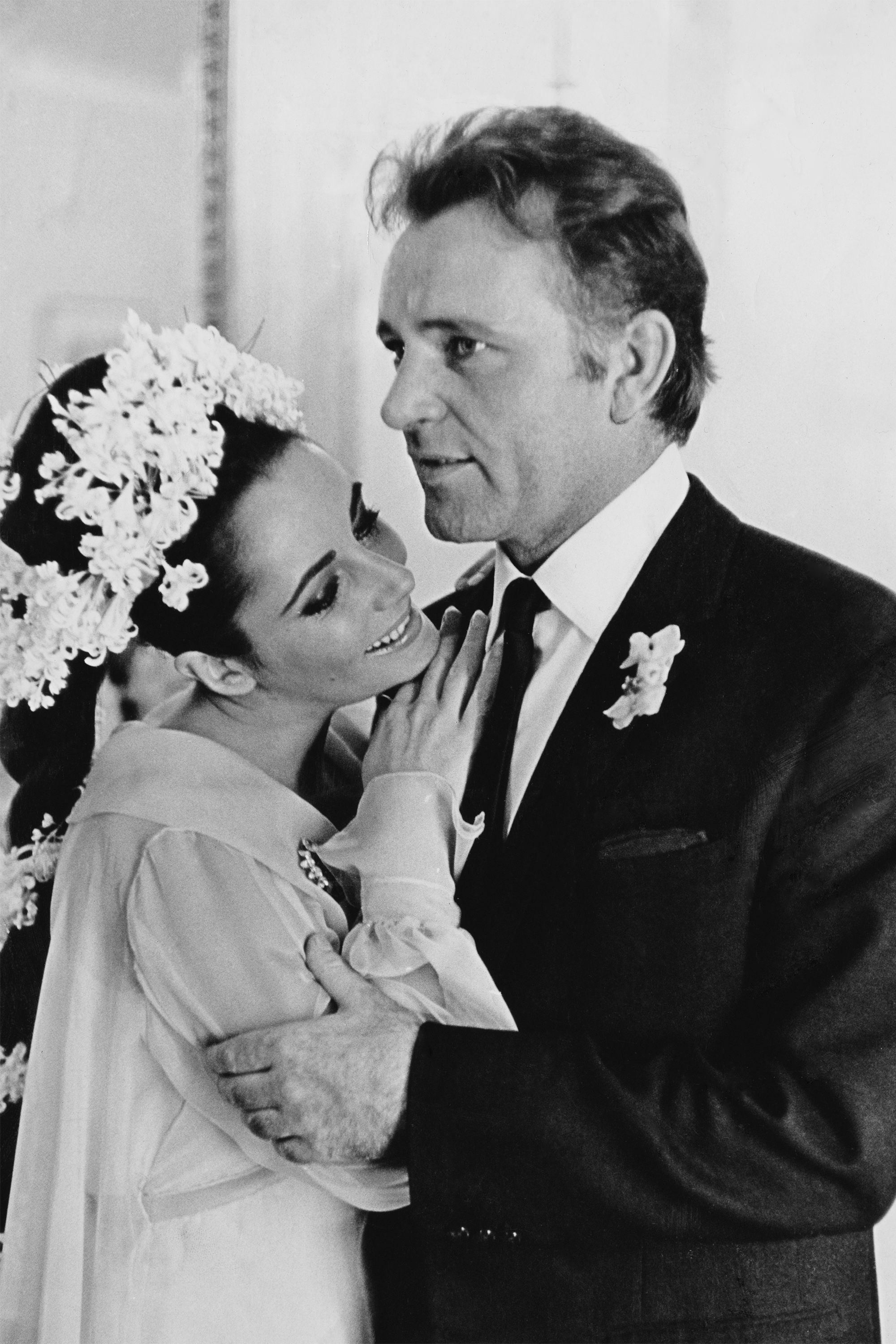 Elizabeth Taylor Richard Burton S Relationship In Photos Richard Burton Elizabeth Taylor Elizabeth Taylor Celebrity Wedding Photos
