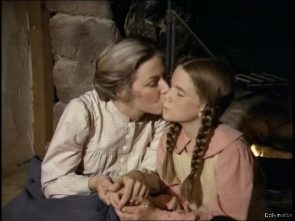 Caroline fait un bisou à Laura pour la consoler